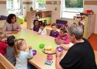 Tafel-met-bakken-eten-met-kinderen